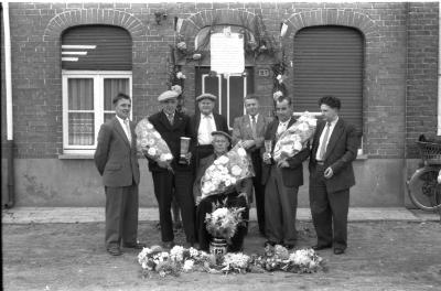 """Huldiging drie kampioenen club """"De Grensvink"""", Izegem, 1958"""