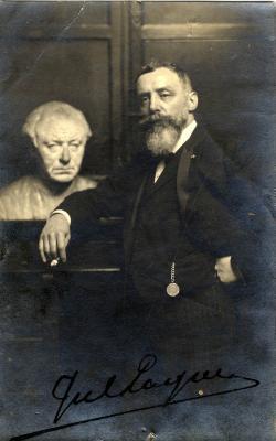 Jules Lagae poseert bij borstbeeld van Guido Gezelle