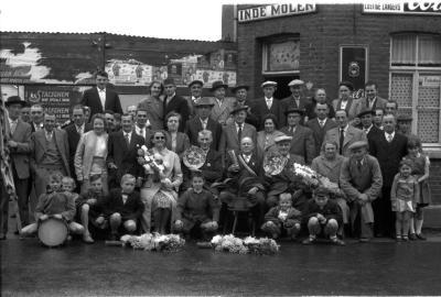 """Kampioenviering vinkenvereniging café """"De Molen"""", Izegem, 1958"""