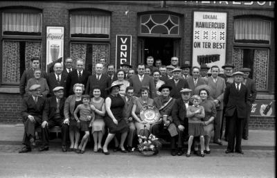 """Kampioenviering manillen café """"De Reisduif"""", Emelgem, 1958"""