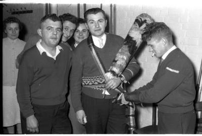 """Huldiging boogschutterskampioen café """"Stad Kortrijk"""", Izegem, 1958"""