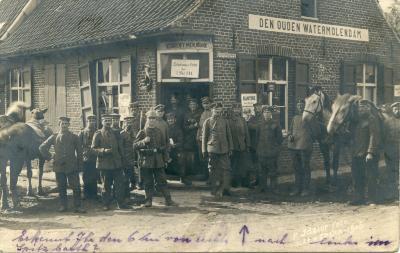 """Soldaten met paarden voor café """"Den Ouden watermolendam"""", Moorslede"""
