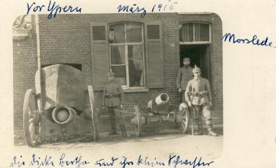 Drie Duitse soldaten met 2 kanonnen voor huis, Moorslede, 1915