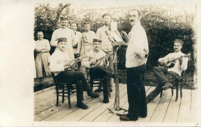 Muzikanten met gewonde soldaten in Staden