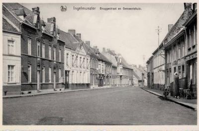Zicht op de Bruggestraat en het Oud Gemeentehuis, Ingelmunster, ca 1950