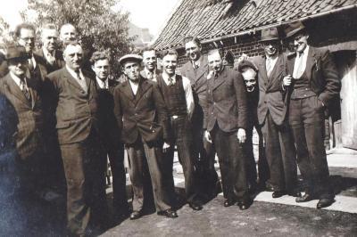 Onderwijzers en gemeentepersoneel aan de bolletra, Gits