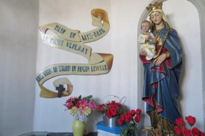 Beelden en foto's in kapel van Haelewijn, Gits