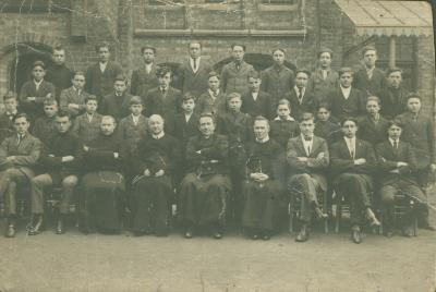 Schoolfoto met leerlingen van een college (?)