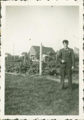 Een man poseert in tuin