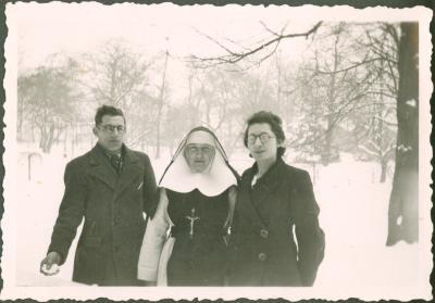Kloosterzuster met familie (?) in wintertuin