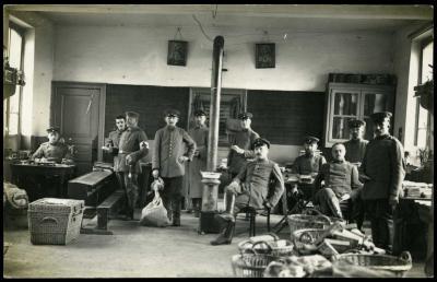 Duitse militairen verzorgen post, Roeselare