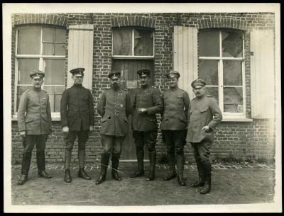 Duitse militairen poseren voor een woonhuis