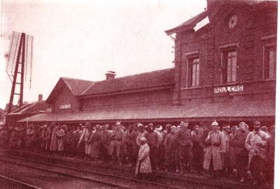 Krijgsgevangenen op perron van station, Roeselare
