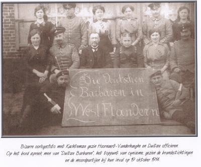 Gezin Hoornaert-Vanderhaeghe poseert met Duitse officieren, Kachtem