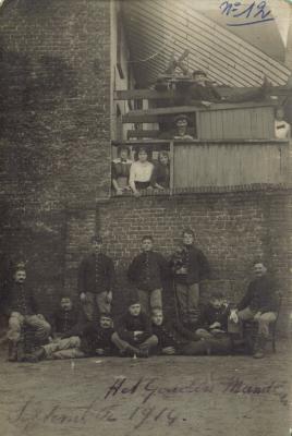 Grote Markt: achterkant 'Het Gouden Mandeke', Izegem 1914