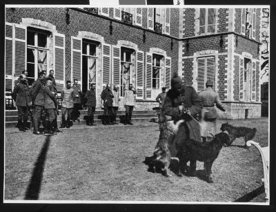 Duitse militairen met honden bij kasteel, Dadizele