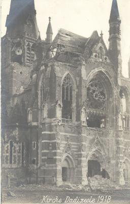 Close-up van zwaar beschadigde basiliek, Dadizele 1918