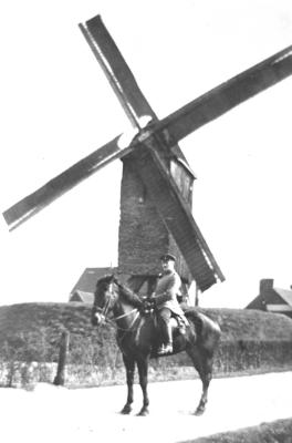 Ruiter poseert bij molen, Izegem