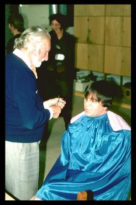Acteurs bij de kapper en schmink voor toneelstuk Gudrun