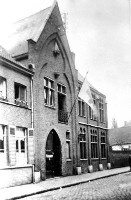 Gildenhuis met rodekruisvlag, Izegem, 1914-1918