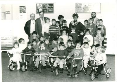 Vriendenkring schenkt nieuwe fietsjes aan kleuters, Lichtervelde, maart 1988