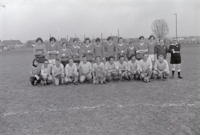 Groepsfoto voetbalclub S.V. Moorslede, april 1975
