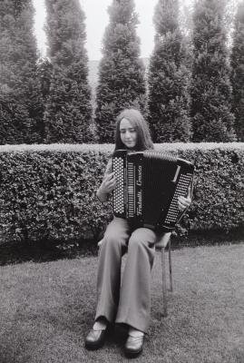 Dominique Cordeny speelt accordeon, Westrozebeke juni 1975