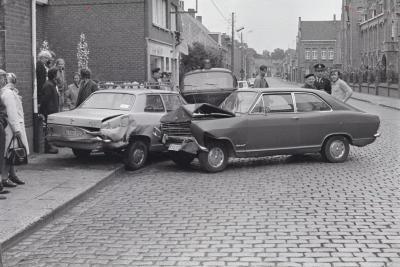 Auto-ongeval in Stationsstraat, Moorslede augustus 1974