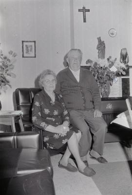 Echtpaar poseert in woonkamer, Moorslede mei 1974