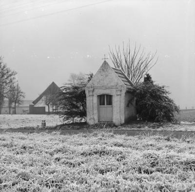 Winterlandschap met landelijke kapel