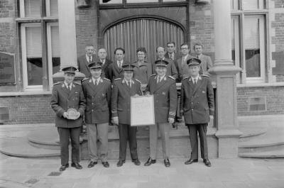 Delegatie van de Koninklijke Harmonie ontvangen op gemeentehuis, Moorslede mei 1973