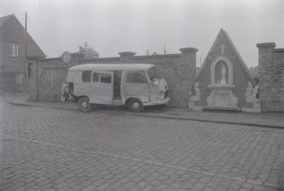 Auto Alfred den Ouden botst tegen muur begraafplaats, Moorslede juli 1972