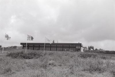 Binnen- en buitenopnamen van zwembad, Moorslede juli 1972
