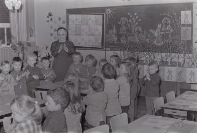 Opendeurdag in kleuterklas van zuster Julia, Moorslede voorjaar 1971