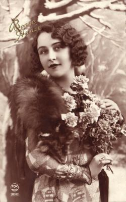Beeldzijde nieuwjaarskaart, dame met ruiker bloemen, 1934