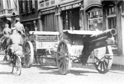 Duitse soldaten trekken door de Ooststraat
