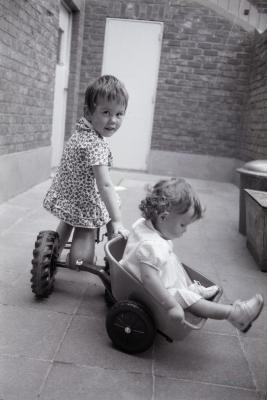 Ann en Hilde (Vanryckeghem?), Moorslede 1970