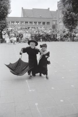 Feest in meisjesschool O.L.Vrouw ten Bunderen, Moorslede 1969-1970