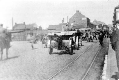 Duitse soldaten trekken langs het Stationsplein richting Ardooisesteenweg