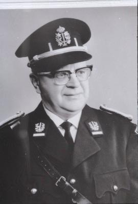 Albert Foulon poseert in politieuniform