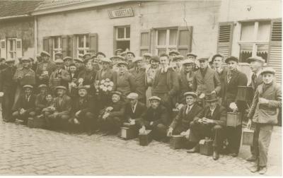 Vinkeniers aan herberg De Voorstad, Torhoutstraat Gits, voor 1940