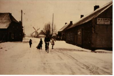 Herberg De Grijspeerd in de sneeuw, 1950?