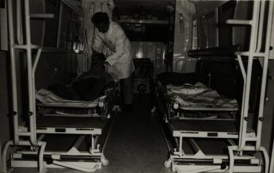 Dokter Jozef Coddens in eerste klinimobiel, 1971