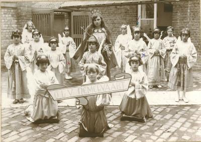 Ghislaine Van Middelein in processie, Oudenburg, +/- 1930