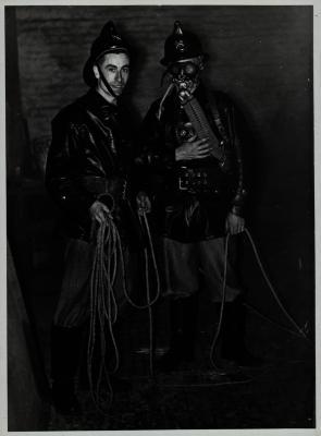 Brandweerman met 'Gesloten kringlooptoestel' Dräger, +-1960