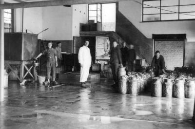 Melkontvangst, melkerij W. Hennion en N. Van Speybroeck, Moorslede, 1942