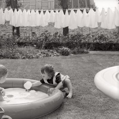 Anneke speelt met water, Moorslede mei 1977