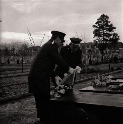 Brandweer bij graf H. Verstraete, Moorslede maart 1973