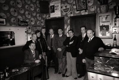Freddy Breck poseert met inrichters feest, Moorslede februari 1977