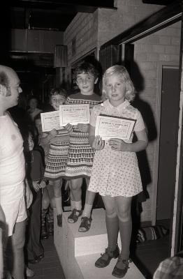 Broertjes Lievens en meisje Demeyere poseren met brevet Interclub 1975, Moorslede